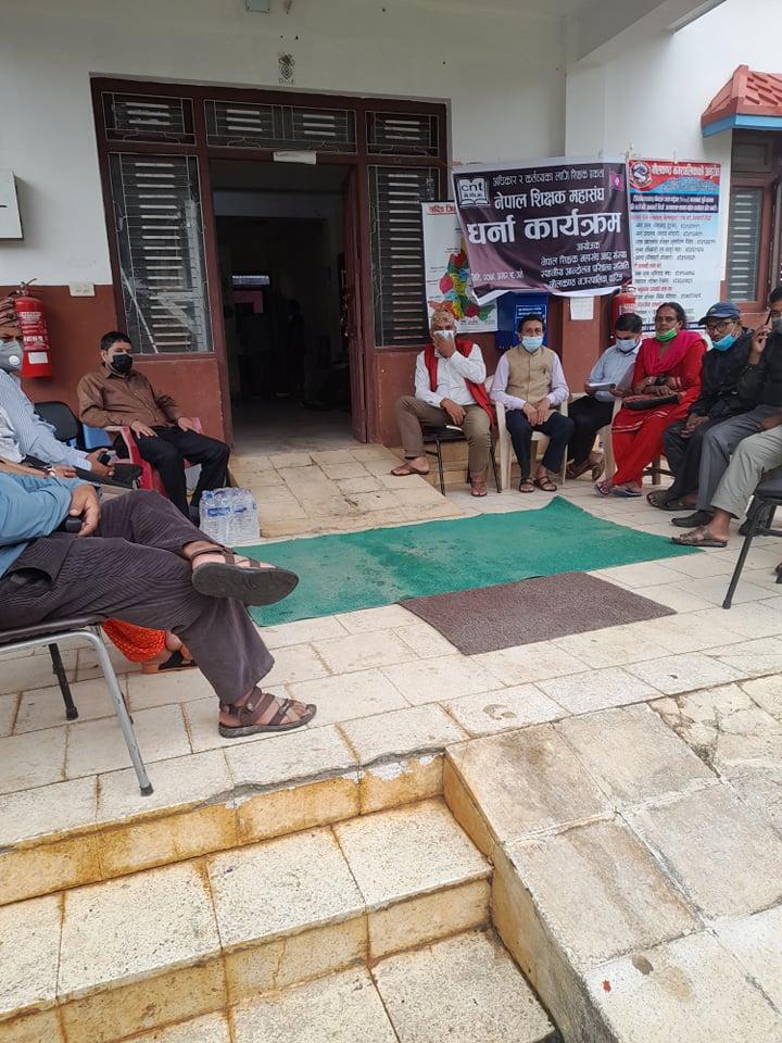 देशभरका शिक्षकहरुको आन्दोलन चर्किँदै,धादिङका १३ वटै स्थानीय तहमा सांकेतिक धर्ना