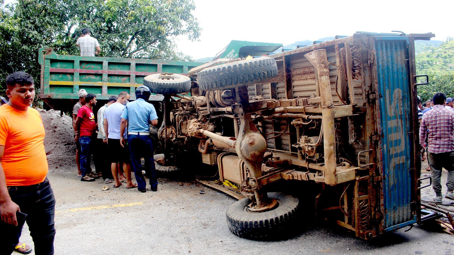 धादिङमा ट्रक दुर्घटनाः३५ जना घाईते,गम्भीर घाइतेलाई हेलिकप्टरबाट काठमाडौँ लगियो (घाइतेको नामावली सहित)